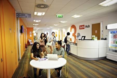 国际学生与员工在INTO中心技术台