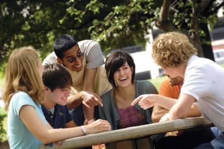 学生在阿拉巴马大学伯明翰分校校园中