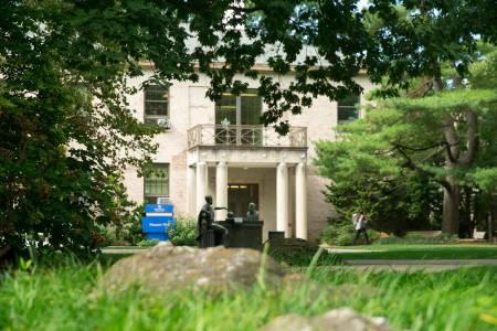 霍夫斯特拉校园面积244英亩,校园里有户外雕塑和植物园