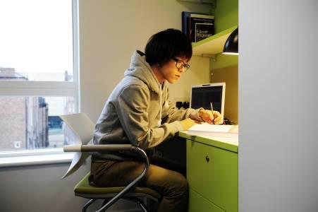 学生在INTO学生公寓楼中学习