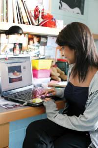 学生在房间内使用免费无线网络