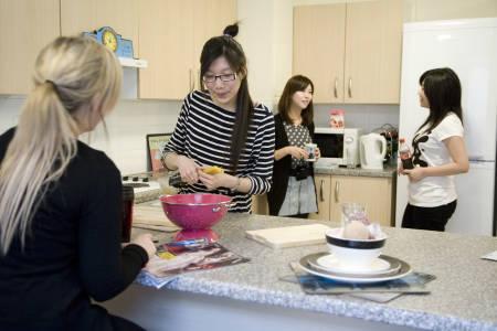 国际学生INTO格拉斯哥卡利多尼亚大学Liberty Park公寓共享厨房中下厨