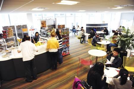 员工与国际学生在INTO中心咖啡厅