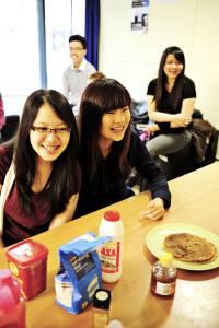 国际学生在学生公寓共享厨房中一起进餐