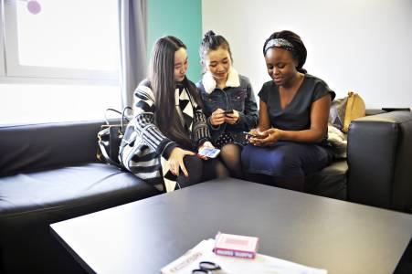 国际学生在宿舍社交区域