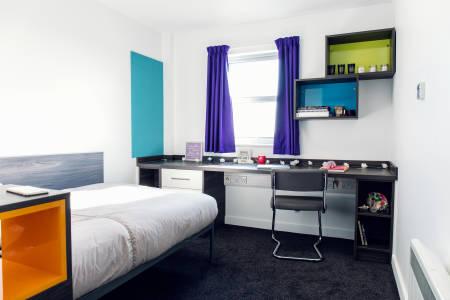 INTO曼彻斯特Liberty Point公寓独立卫浴房型卧床与写字台图片