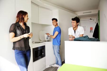 学生们在Scape East学生公寓Studio +房型独立厨房交流