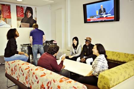 一群国际学生在INTO中心休息区域