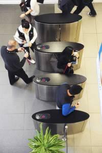 员工在大厅帮助国际学生通过安全门