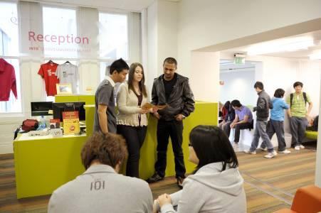 INTO中心员工在前台帮助国际学生