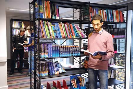 国际学生在学习资源中心读书