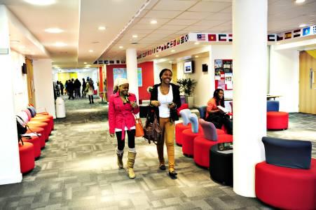 国际学生走进INTO中心休闲区域