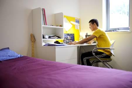 学生坐在INTO埃克塞特大学卧房内
