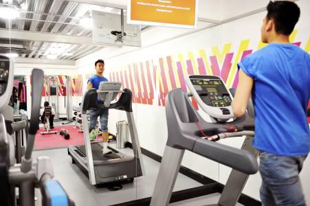 学生们在Scrape East学生公寓使用健身设施