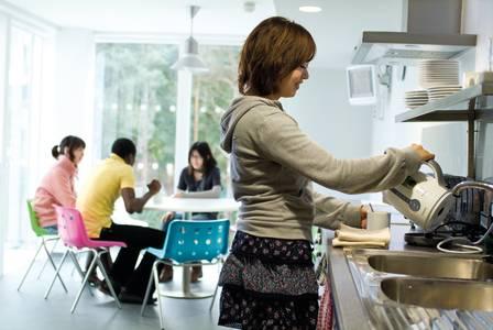 学生们共用INTO东英吉利大学学生宿舍厨房