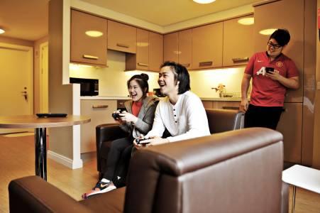 国际学生在Elm学生城公寓共享厨房和社交空间内交流
