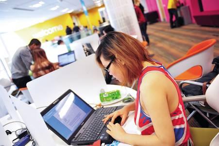 国际学生在中心休息区学习工作