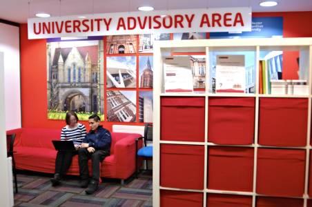 员工在中心内大学咨询区帮助国际学生