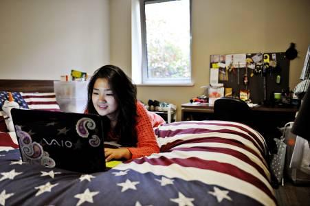 学生在Willow Walk学生公寓房间中使用笔记本电脑
