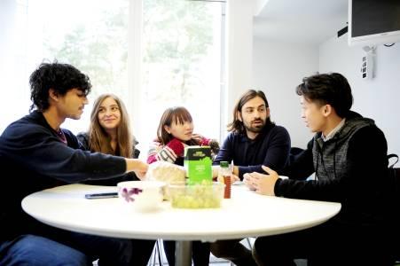 学生们在INTO东英吉利大学学生宿舍厨房中交流