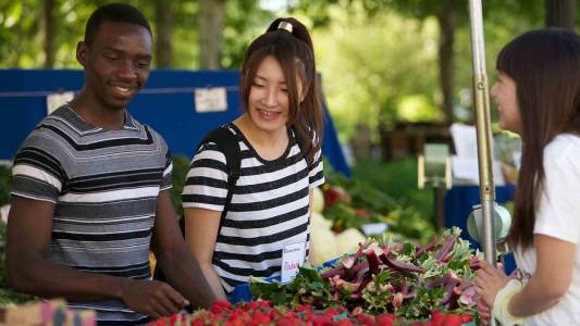 Farmers market welcomes students at INTO Oregon State University