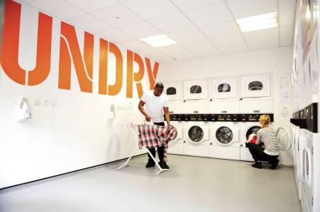 国际学生使用Scape East学生公寓公共洗衣设施