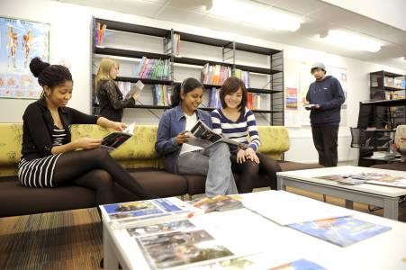 国际学生在INTO中心学习资源中心阅读