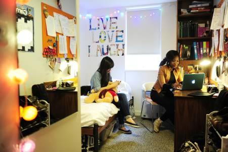 学生们在INTO东英吉利大学独立套房中交流