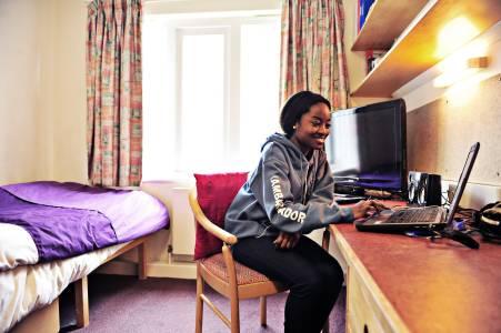 学生在Park Villas学生公寓单间内学习