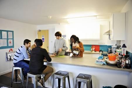 学生格拉斯哥卡利多尼亚大学Liberty Park学生公寓共享厨房中社交