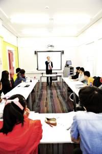 国际学生与老师在配有白板的教室中