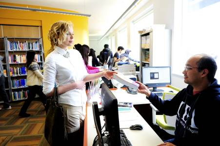员工在学习资源中心为国际学生提供帮助