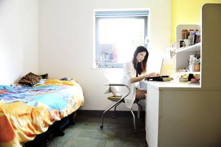 学生在INTO埃克塞特大学学生公寓单间内学习