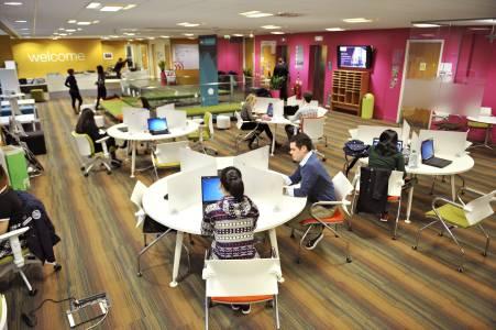 学生在中心前台使用笔记本电脑