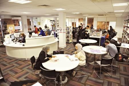 国际学生在INTO学习资源中心咨询台