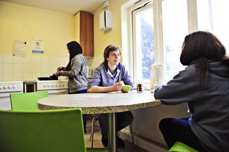 学生在Park Villas学生公寓共享厨房内交谈