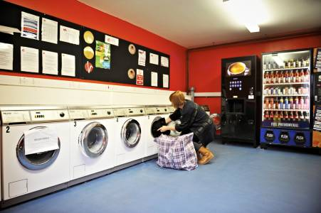 Student using laundry facilities at Liberty Park at INTO GCU