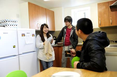 学生们在Park Challinor学生公寓共享厨房内交流