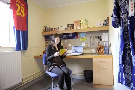 学生在Elm学生城公寓独立卫浴单人间内阅读