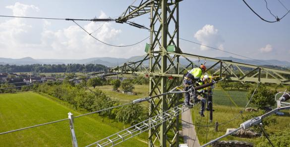 Arbeiter auf Strommast