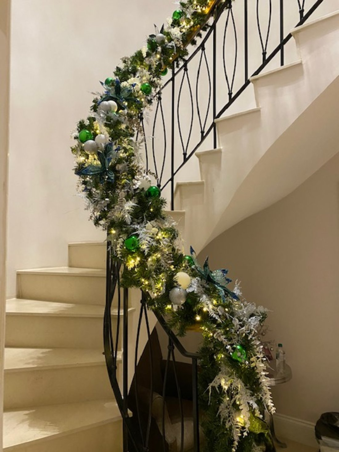 emerald-green-and-silver-staircase-xmas-garland