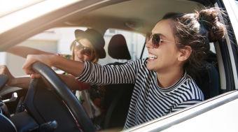 Zwei Frauen fahren E-Auto