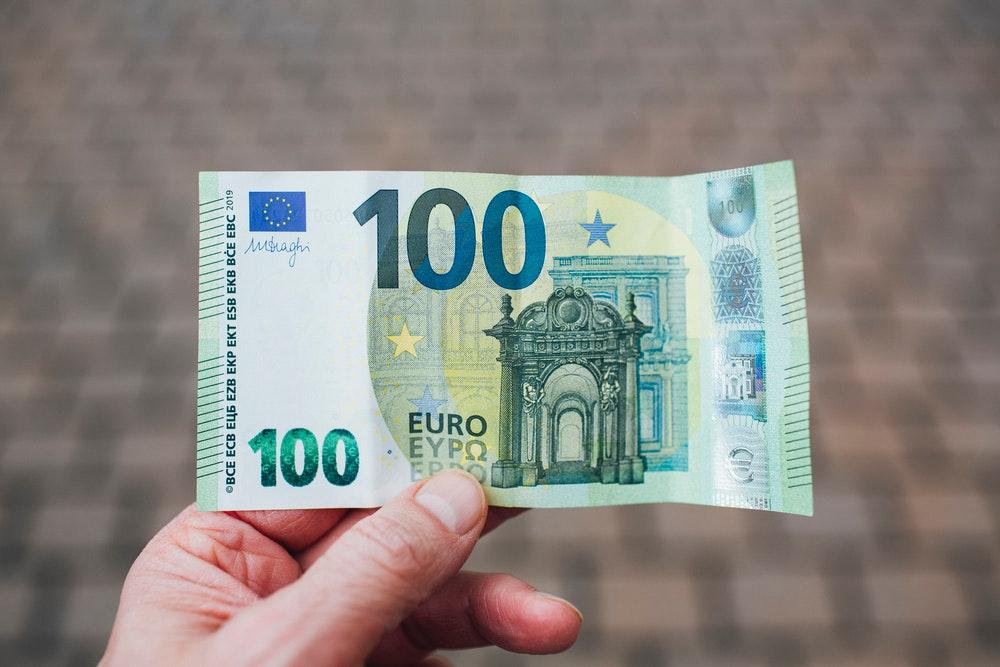 100 euro in hands