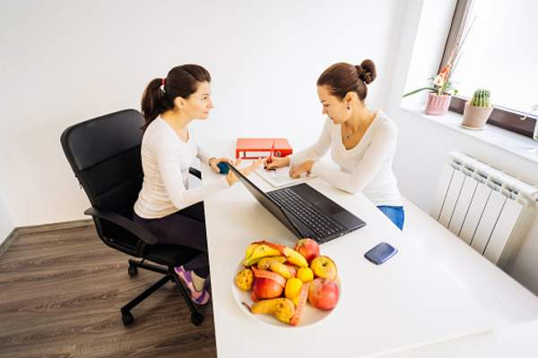Woman meeting with nutritionist.
