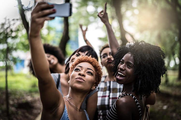 小组年轻,愉快,坚强,黑朋友采取selfie。
