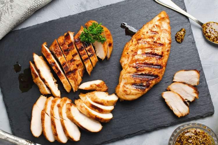 在切板的烤鸡。