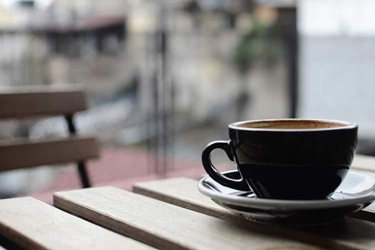 咖啡在户外木桌上的。