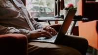 男人在笔记本电脑上打字