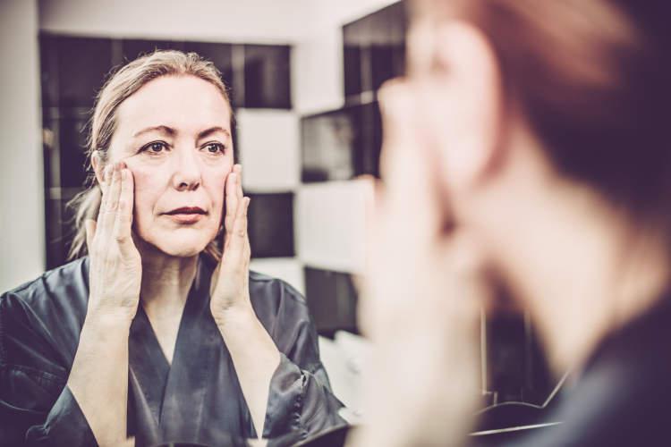 成熟的女人照镜子