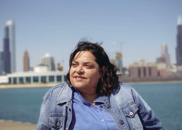 迪安娜·科瓦尔在这个城市微笑着,充满希望。